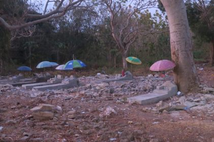 Tombes protégées du soleil par des parapluies (qui ont plusieurs connotations dans la culture balinaise)