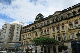 Contraste entre batiment colonial et nouvelle construction