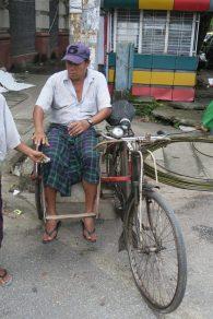 """Un homme assis sur un vélo """"side car"""""""