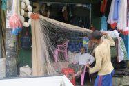 Un vendeur en train de découper un filet