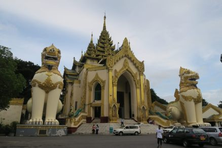 """L'entrée """"Ouest"""" de la pagode Shwedagon, avec deux énormes lions"""
