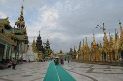 A l'intérieur de la pagode Shwedagon. La pagode centrale (bordée de ses petites pagodes) est entourée de temples