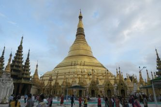 La pagode Shwedagon vue depuis l'entrée Nord