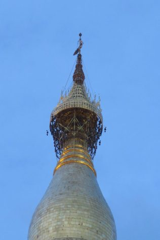"""Le sommet de la pagode, composée de : l'ombrelle ornementale (qui contient les cloches), la """"girouette"""" et le """"seinbu"""" (sphère incrustée de pierres précieuses)"""