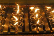 Vue des cierges disposés autour de la pagode, sortes de mini lampes à huile