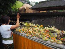 Offrandes sur un hotel au temple Titra Empul