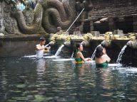 Des fidèles durant le rituel de purification, apportant des offrandes