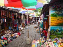 La sortie du temple : un grand marché de souvenirs