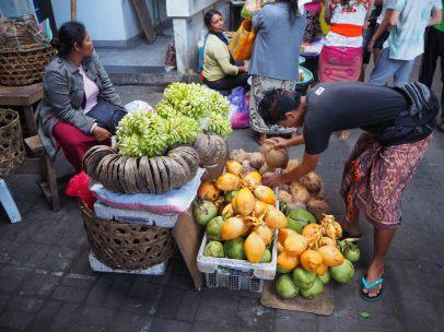 3 sortes de noix de coco, et des supports pour les offrandes fabriqués en feuilles de babaniers - Marché de Ubud