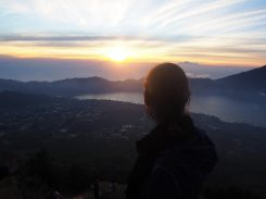 Elise admire le paysage