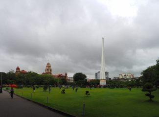 """L'obélisque de l'indépendance, et le clocher rouge de la """"high court"""""""