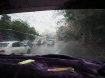 """Dans le minibus en direction de la """"highway bus station"""" à Yangon, sous la pluie"""