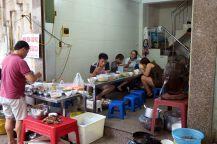 Le déjeuner ici se fait dans la rue, sur des petits tabourets