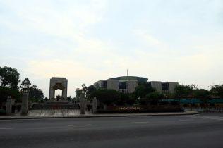 Le batiment de l'assemblée nationale (arrière plan). Au premier plan, un monument (aux morts ?)