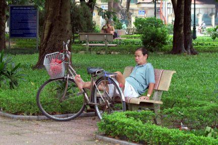 Un habitant se reposant dans un parc