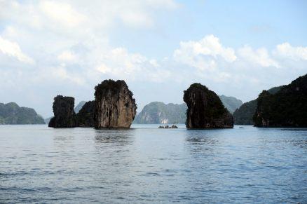 Le rocher de droite ressemble à une femme de profil (le nez est à gauche, la chevelure vers la droite)