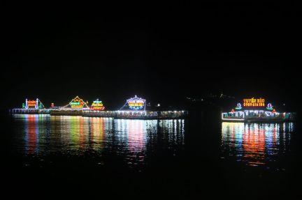 A Cat Ba, devant la promenade du littoral, de nombreux restaurants flottants (et illuminés) pouvant accueillir de nombreux touristes (mais complètement vides lorsqu'on y était)