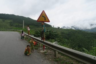 Enfants sur le bord de la route