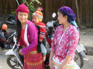 Les femmes en habits traditionnels lors du marché
