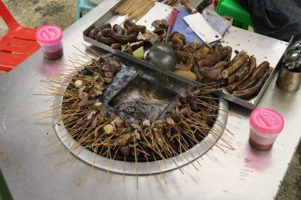 Cuisson de différents abats (de poulet ?), il suffit de choisir sa brochette et de la plonger dans l'huile bouillante au centre