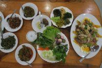 Plat birman composé de porc, poisson et calamar. Et ses accompagnements de légumes
