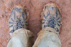 Les chaussures d'Elise après plusieurs heures dans les chemins boueux