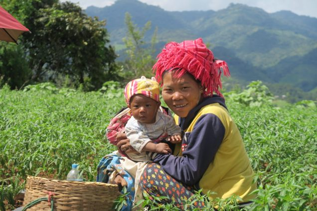 Une amie de notre guide, et sa fille. La mère travaille aux champs pendant que l'enfant dort allongé à coté d'elle