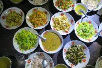 Buffet birman avec curry de cacahouètes, salades de courges, oeuf brouillés, pommes de terre et autres légumes