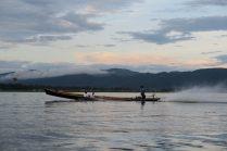Ballade sur le lac Inle, les hélices des bateaux sont à peine sous la surface de l'eau, envoyant des gerbes d'eau au passage