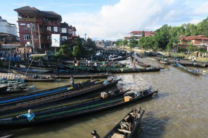 """Les bateaux à la """"jetty"""" de la ville, le matin de l'arrivée de la procession"""