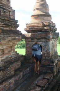Julien sur le haut d'une pagode, pas facile !