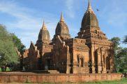 Bloc de trois pagodes avec d'intéressantes fresques à l'intérieur