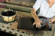 Application d'une couche de laque sur un plateau à la main
