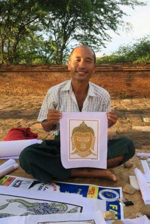 Un artiste local, Than Htike, devant le temple d'Apayanada