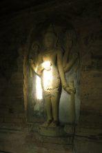 Une statue de Vishnu, un des rares vestiges de l'hindouisme avant que le Bouddhisme ne fasse pousser des pagodes par miliers à Bagan