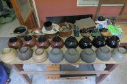 Les différentes étapes de la fabrication d'un bol en laque : de la structure en bambou (en bas à gauche) via différentes couches de laque, jusqu'au produit fini (en haut à gauche)