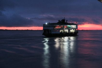Bateau sur le fleuve Irrawaddy au petit matin