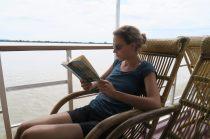 Elise en pleine lecture, on profite de ce temps libre