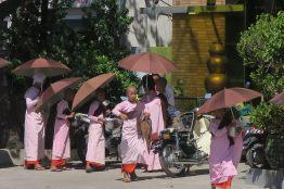 Les moines femmes faisant la quête