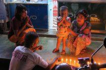 Des habitants allument des bougies pour les festival de la pleine lune
