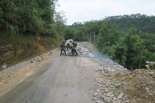 Parfois la route s'est effondrée : ici en pleines réparations