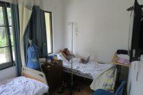 A l'hôpital à Hanoi, Elise se repose
