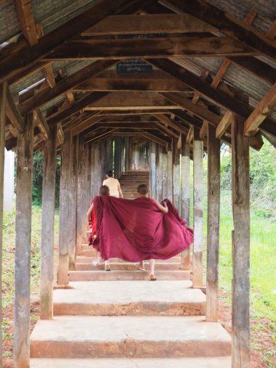 """De jeunes moines dans le """"stairway to heaven"""", un escalier amenant à un temple (et un point de vue sur la ville de Kalaw)"""