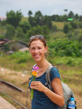 Elise qui a reçu des fleurs en cadeau de la part d'enfants