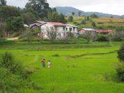 Notre guide et un des randonneurs devant un village