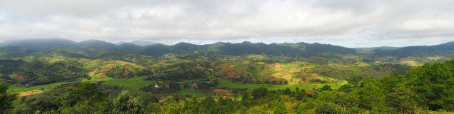 Panorama sur la vallée et les collines