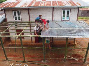 Des ouvriers construisent un toit