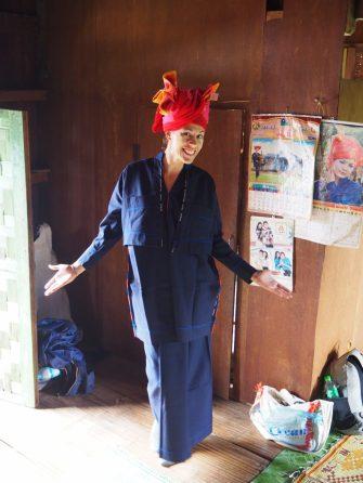 Elise essayant une tenue traditionnelle (qui est portée lors des grandes occasions, ainsi que lors des mariages)
