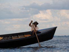 Au milieu du lac, notre bateau s'arrête pour prendre un passager supplémentaire