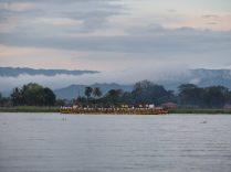 Ballade sur le lac Inle, une des barques de la procession du festival de Phaung Daw Oo